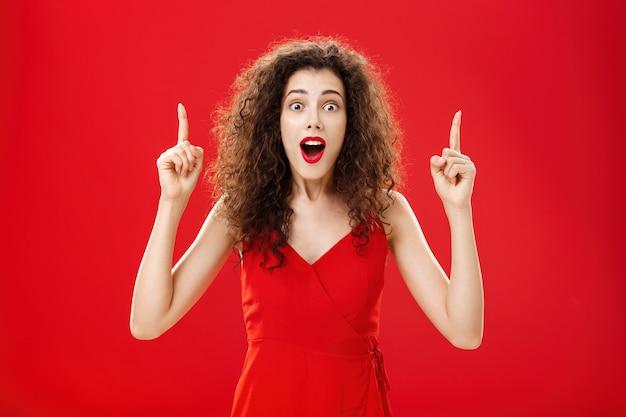 Une femme abasourdie et impressionnée par les énormes ventes de vêtements haletant et laissant tomber la mâchoire d'étonnement debout...