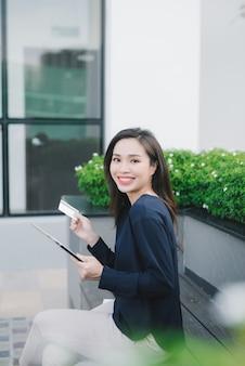 Femme d'achats sur internet en ligne avec tablet pc et carte de crédit