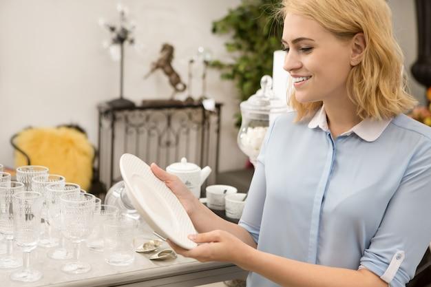 Femme, achats, à, ménagère, magasin