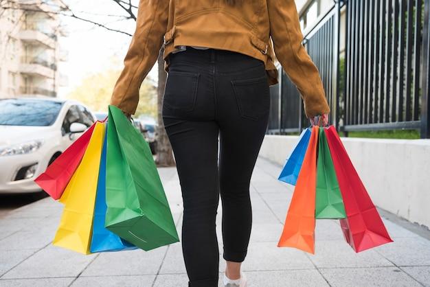 Femme, achats, paquets, aller, rue