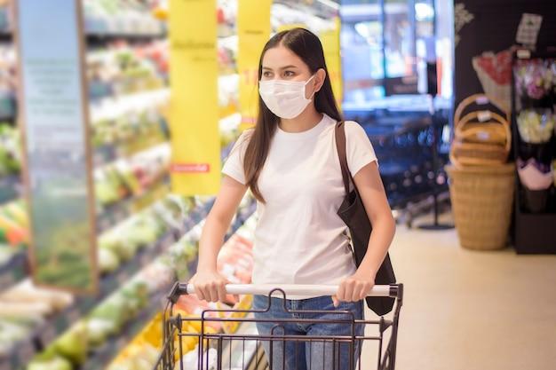 Femme, achats, supermarché, figure, masque
