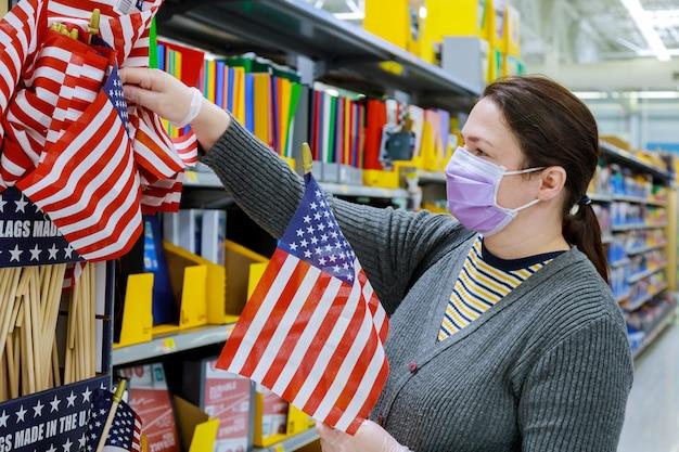 Femme achetant un drapeau des états-unis