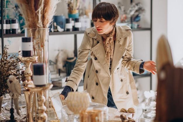 Femme achetant des trucs dans un magasin de décoration
