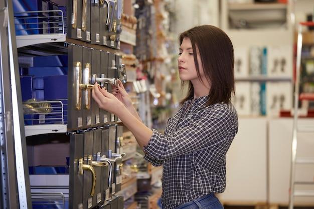 Femme acheter en quincaillerie