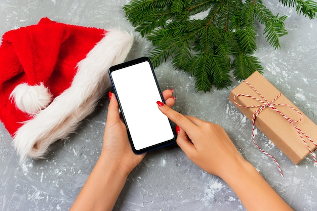 Femme acheteur rend la commande à l'écran du smartphone avec espace de copie. soldes de vacances d'hiver. achats de noël en ligne