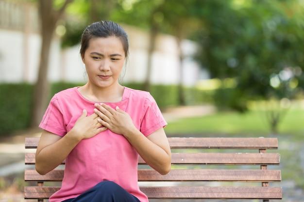 Une femme a des acides de reflux dans le jardin