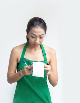 Femme avec l'action de cale de tablier vert