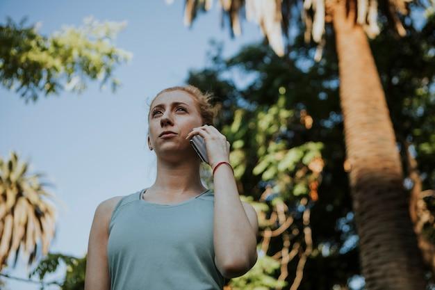 Femme active au téléphone