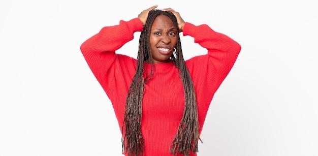 Femme adulte afro noire se sentant frustrée et agacée, malade et fatiguée de l'échec, marre des tâches ennuyeuses et ennuyeuses