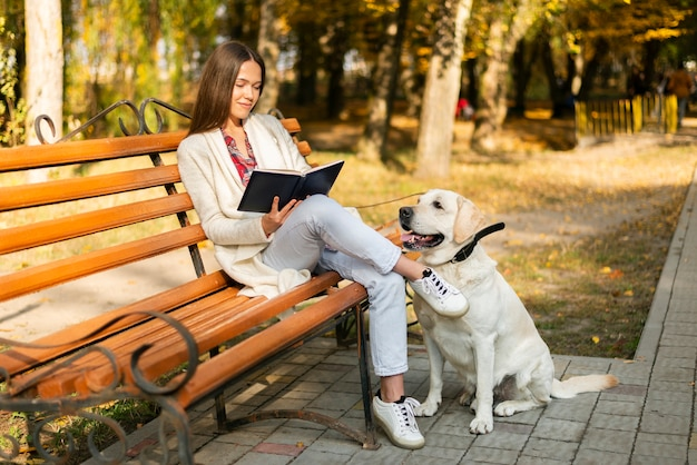 Femme adulte assise sur un banc