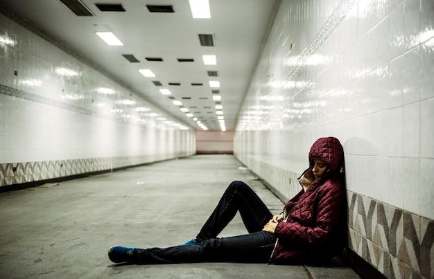 Femme adulte assise sans espoir sur le sol