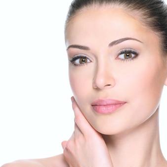 Femme adulte avec beau visage - isolé sur blanc. concept de soins de la peau.