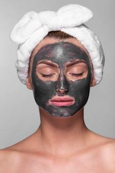Femme adulte bénéficiant d'un masque