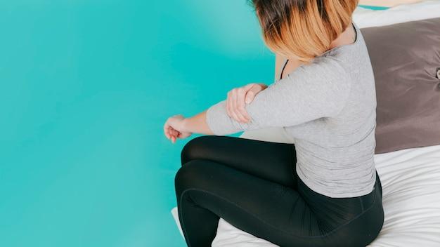 Femme adulte avec coude douloureux
