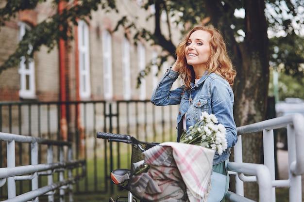 Femme adulte debout dans la ville