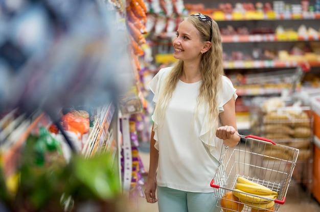 Femme adulte élégante, faire du shopping au supermarché