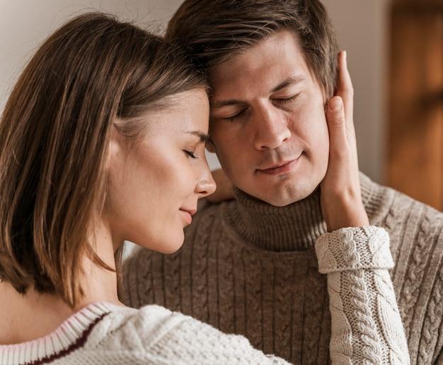 Femme adulte embrassant son mari