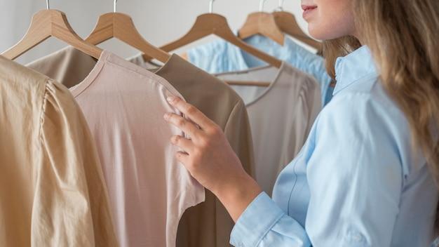 Femme adulte, essayer de nouveaux vêtements