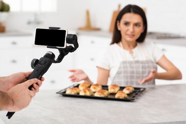 Femme adulte fière de ses pâtisseries