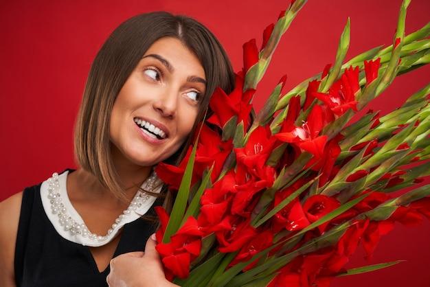 Femme adulte avec des fleurs sur fond rouge
