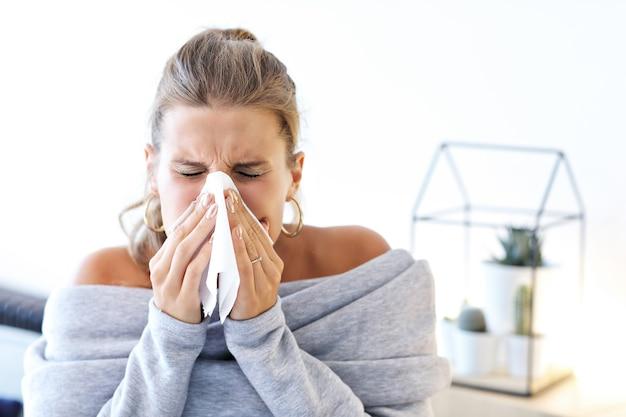Femme adulte malade à la maison