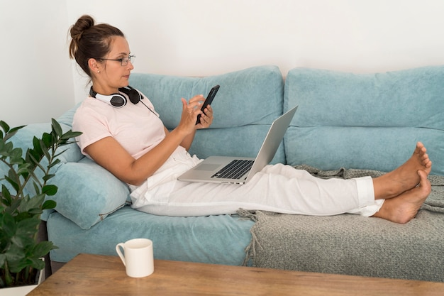 Femme adulte occasionnelle travaillant à la maison