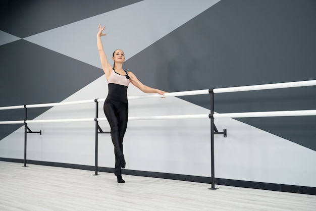 Femme adulte qui pose en studio de ballet