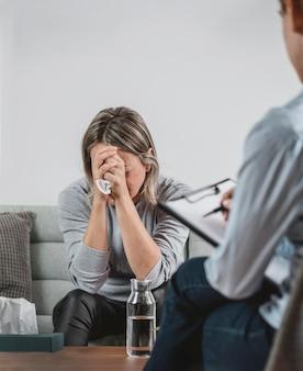 Femme adulte à la séance de thérapie