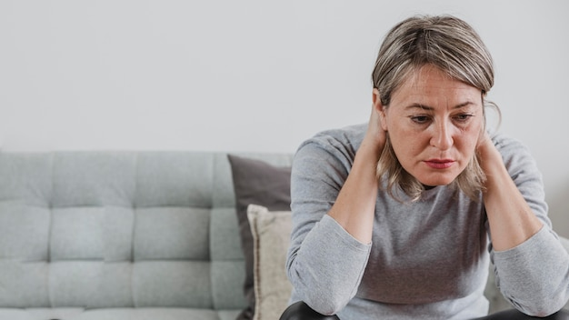 Femme adulte stressant à la maison