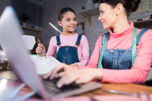 Femme adulte tape sur un ordinateur