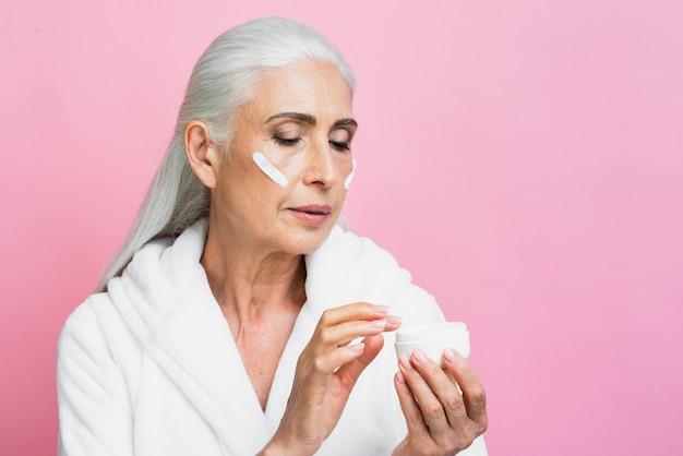 Femme adulte teste la crème hydratante