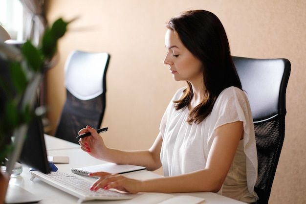Femme adulte travaillant au bureau