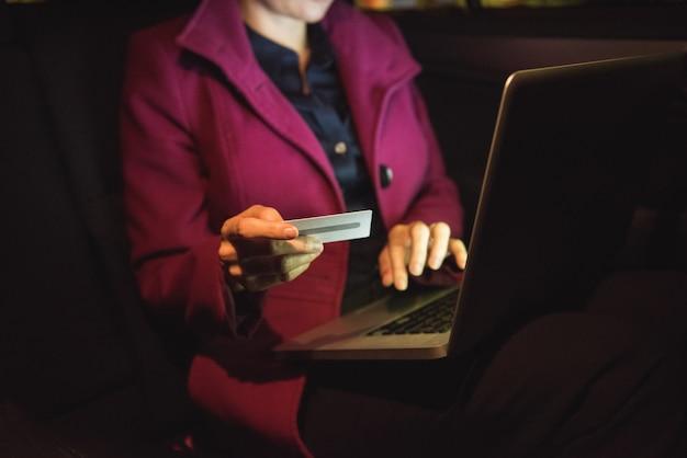 Femme affaires, achats en ligne, ordinateur portable, crédit, carte