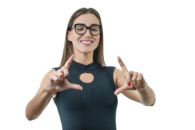 Femme d'affaires adulte avec des lunettes utilise un écran virtuel