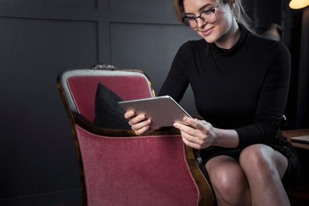 Femme d'affaires adulte vérifiant une tablette