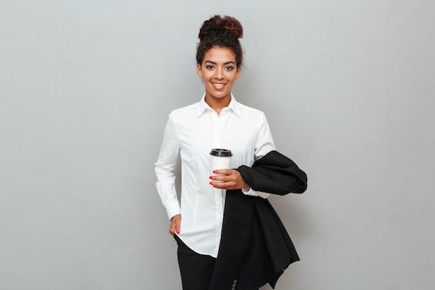 Femme affaires africaine, debout, sur, mur gris