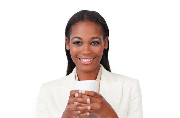 Femme d'affaires afro-américaine, boire un café