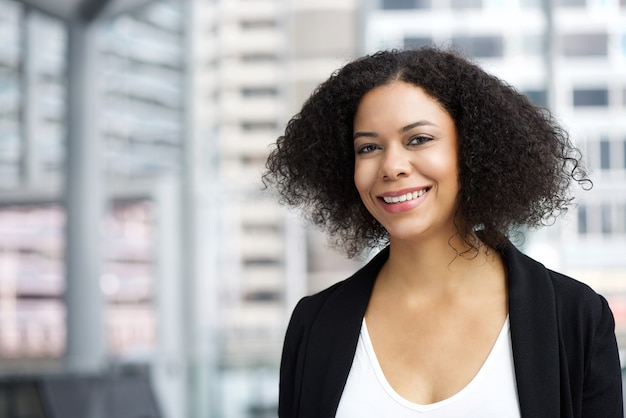 Femme d'affaires afro-américaine souriant