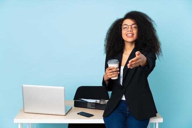 Femme d'affaires afro-américaine travaillant sur son lieu de travail