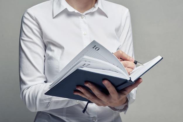 Femme d'affaires avec agenda dans ses mains