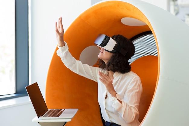 Femme d'affaires à l'aide d'un simulateur de réalité virtuelle