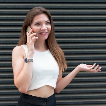 Femme d'affaires à l'aide de smartphone dans la rue