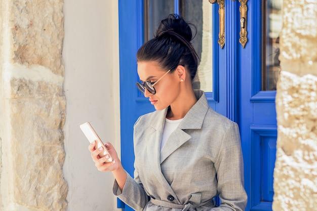 Femme d'affaires à l'aide de smartphone.
