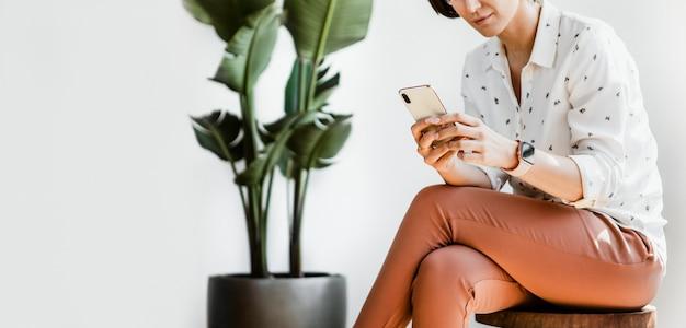 Femme d'affaires à l'aide d'un smartphone