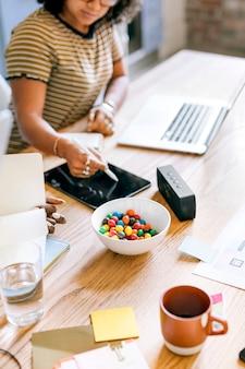 Femme d'affaires à l'aide d'une tablette numérique