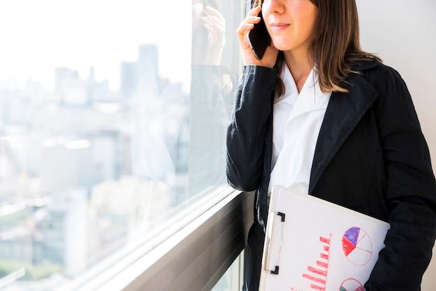 Femme d'affaires à l'aide d'un téléphone portable