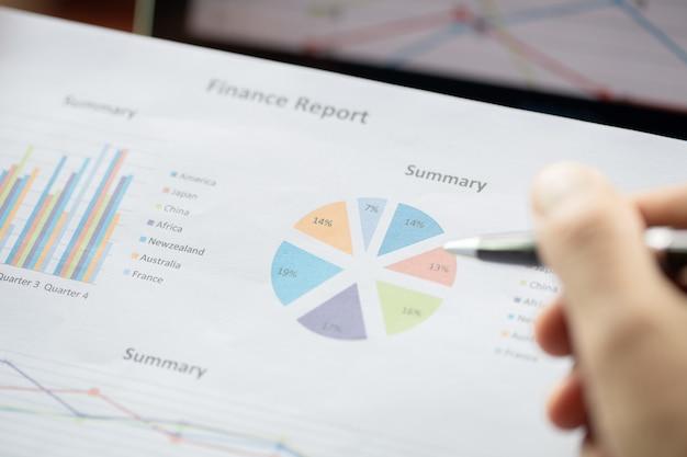 Femme d'affaires analysant les graphiques d'investissement au moment du matin.