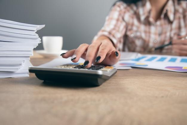La femme d'affaires analyse le plan d'affaires