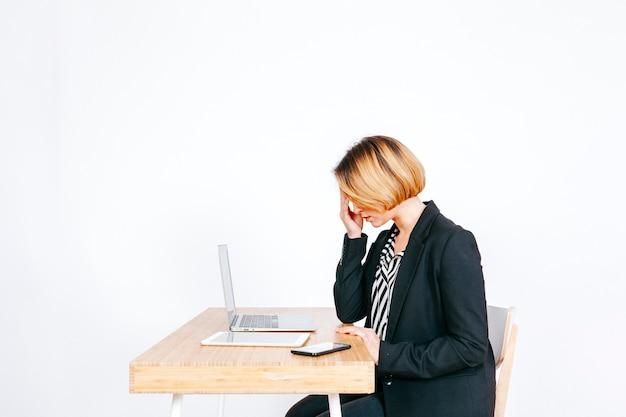 Femme d'affaires anxieux au lieu de travail