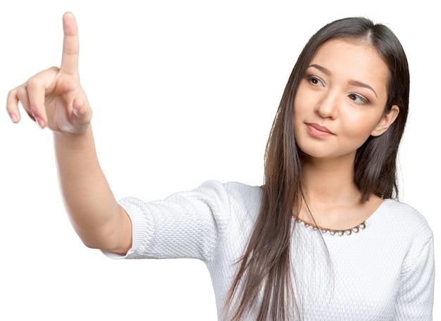 Femme d'affaires en appuyant sur le bouton sur l'écran visuel